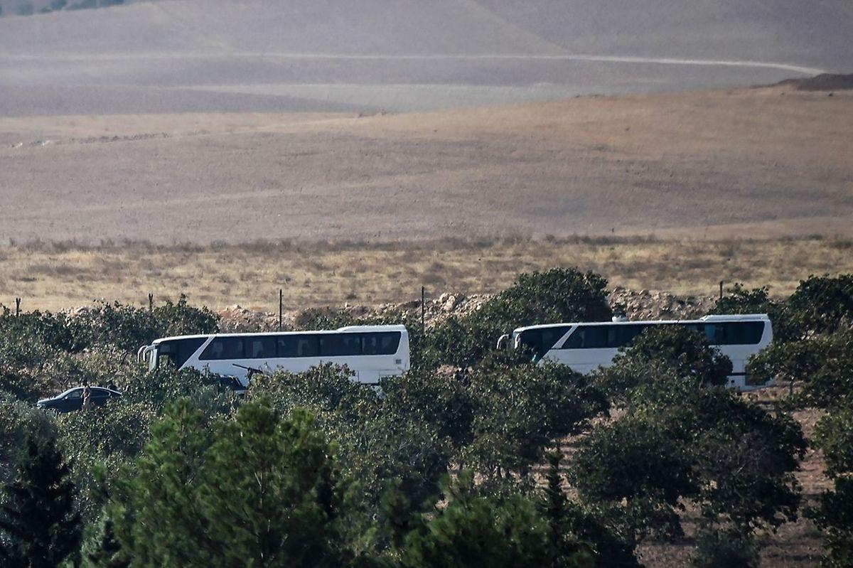Un petit nombre de membres des forces spéciales turques a été transporté par bus à quelques kilomètres à l'intérieur du territoire de la Syrie pour sécuriser la zone.