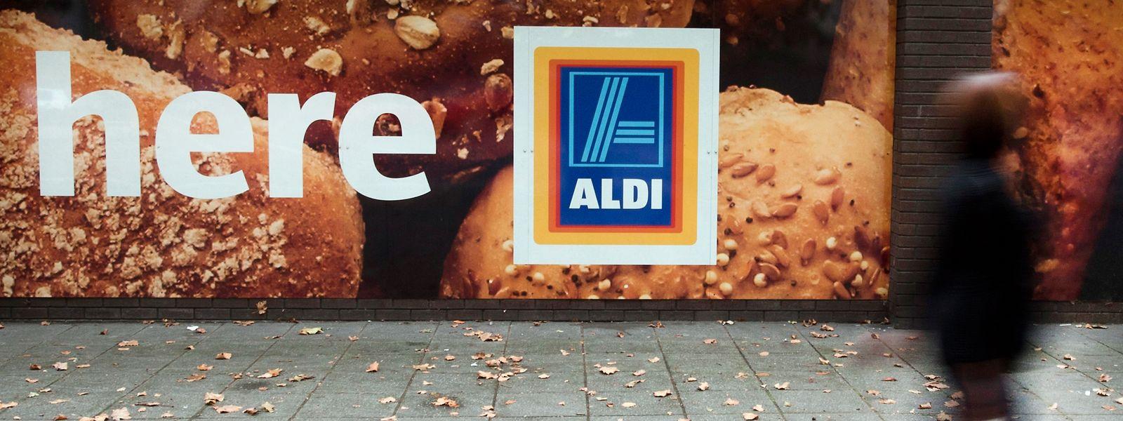 Eine Frau geht an einem Aldi-Supermarkt in London vorbei.
