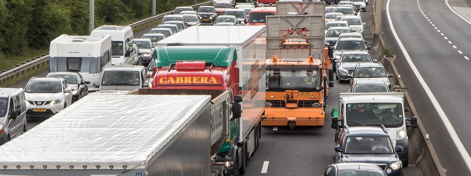 Viel zu eng: Nicht nur Polizei und Krankenwagen, auch die großen Fahrzeuge zur Sicherung der Unfallstelle müssen durch die Rettungsgasse.
