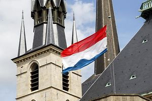 25.8. Kathedrale / Kirche u. Staat / Fahne foto:Guy Jallay