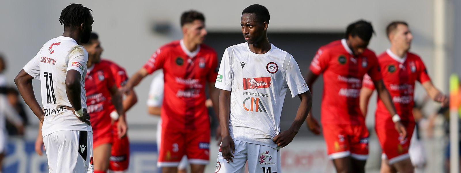 Rodanges Coustaf Semedo und Momar Ndiaye (l.) sind nach der Packung gegen Differdingen enttäuscht.