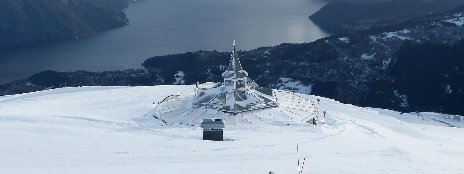 Von der Piste am Roaldshorn fällt der Blick über den Fjord - für Wintersportler sicher kein gewöhnlicher Anblick.