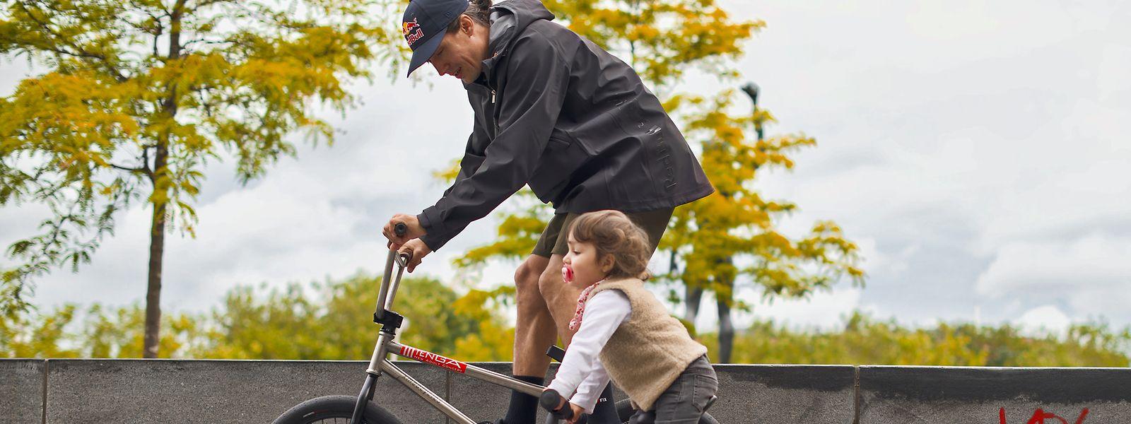 Viki Gomez beim Radfahren mit seiner zweijährigen Tochter Stella.