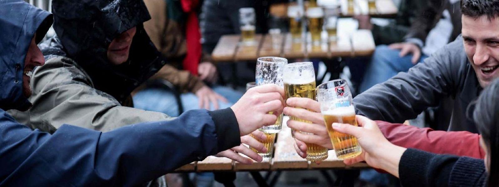Samedi les Belges ont bravé la pluie pour savourer une bière en terrasse, après huit mois de fermeture.