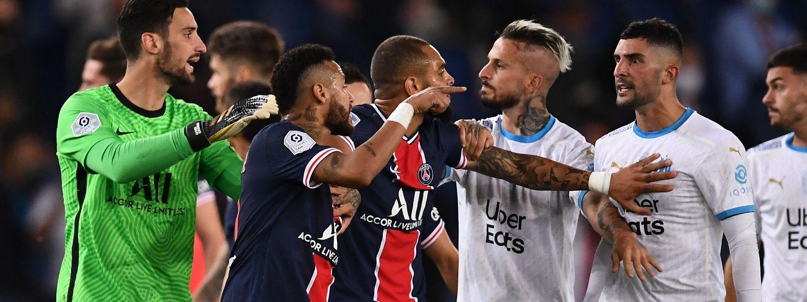 Neymar geht auf Alvaro Gonzalez los.