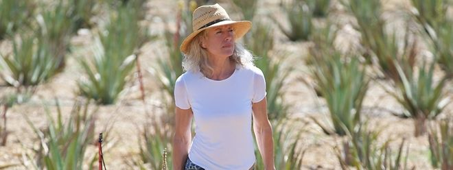 Sabine Beer begutachtet die Aloe-vera-Pflanzen ihrer Biofarm.