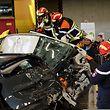 """Bei der """"Rescue Challenge"""" treten Rettungsmannschaften an, um in einem vorgegebenen Zeitraum Patienten schonend aus verunglückten Fahrzeugen (das Unfallszenario  ist bei jedem Team ein anderes) zu retten."""