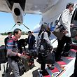 23.05.2018, Südkorea, Seoul: Südkoreanische Journalisten steigen am Flughafen in Seoul in ein Flugzeug. Nordkorea hat doch noch den Weg für die Einreise südkoreanischer Journalisten freigemacht, die über die geplante Schließung des umstrittenen Atomtestgeländes Punggye-ri berichten wollen. Foto: -/YNA/AP/dpa +++ dpa-Bildfunk +++