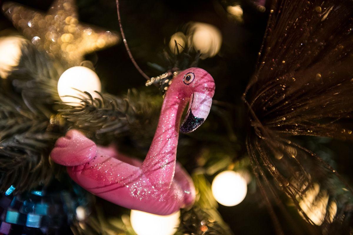 Auch Weihnachten 2018 soll der Flamingo eine Rolle spielen:Er hängt künftig im Baum - zumindest wenn es nach demHersteller Goodwill geht.