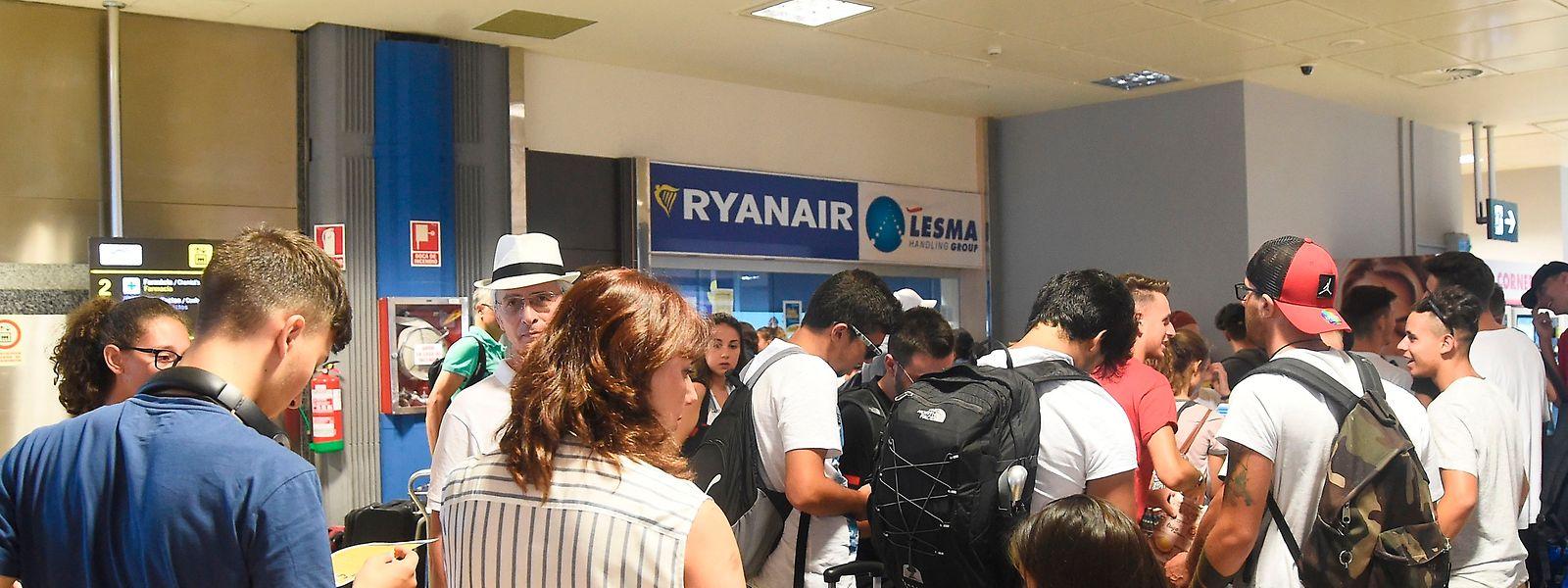 Wie hier in Valencia, mussten sich zahlreiche Ryanair-Passagiere in Geduld üben.