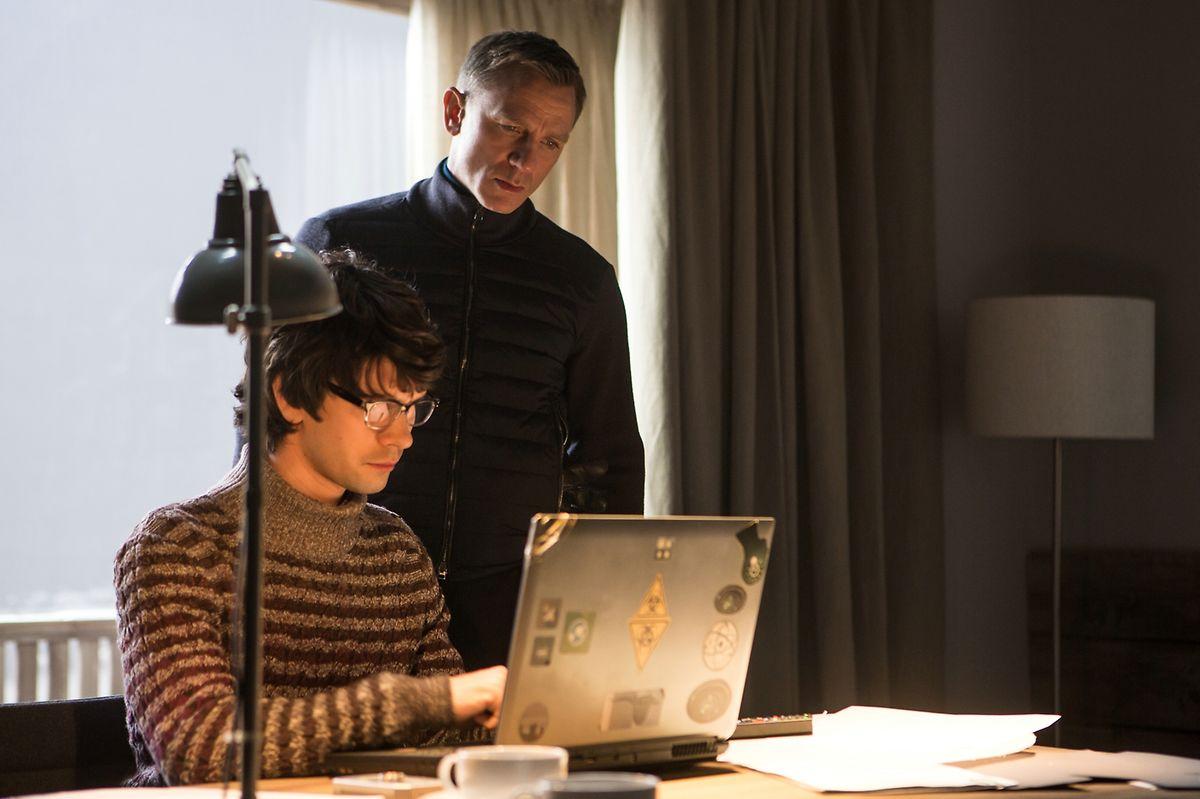 """Zum Glück ist da immer noch die Büro-Familie: Auf Tüftler """"Q"""" (Ben Whishaw) kann sich 007 verlassen."""
