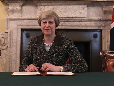 La lettre de divorce, signée mardi soir par Mme May, sera transmise au même moment au président du Conseil européen Donald Tusk par l'ambassadeur britannique à Bruxelles Tim Barrow.