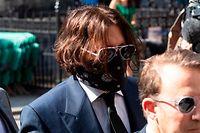 dpatopbilder - 07.07.2020, Großbritannien, London: Johnny Depp (l), Schauspieler aus den USA, kommt vor dem High Court zur Anhörung in seiner Verleumdungsklage gegen den Verlag der Boulevardzeitung «The Sun» wegen eines Artikels, in dem behauptet wurde, er habe seine Ex-Frau körperlich misshandelt. Foto: Ray Tang/ZUMA Wire/dpa +++ dpa-Bildfunk +++