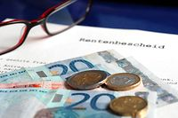 """Zum Themendienst-Bericht """"Geld/Altersvorsorge/Beruf/Ratgeber/KORR/"""" von Berti Kolbow vom 6. September: Auf die gesetzliche Rente allein sollte niemand setzen. Sonst kann das Geld im Alter knapp werden. (Die Veröffentlichung ist für dpa-Themendienst-Bezieher honorarfrei. Quellenhinweis: """"Jens Schierenbeck/dpa/tmn"""") +++ +++"""