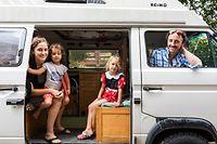"""ITV Olivier """"Sader"""" und seine Familie zur Reise in den Iran, Natascha Bisbis, Lilia und Yuna Bisbis Potozec, Olivier Potozec, photo : Caroline Martin©"""