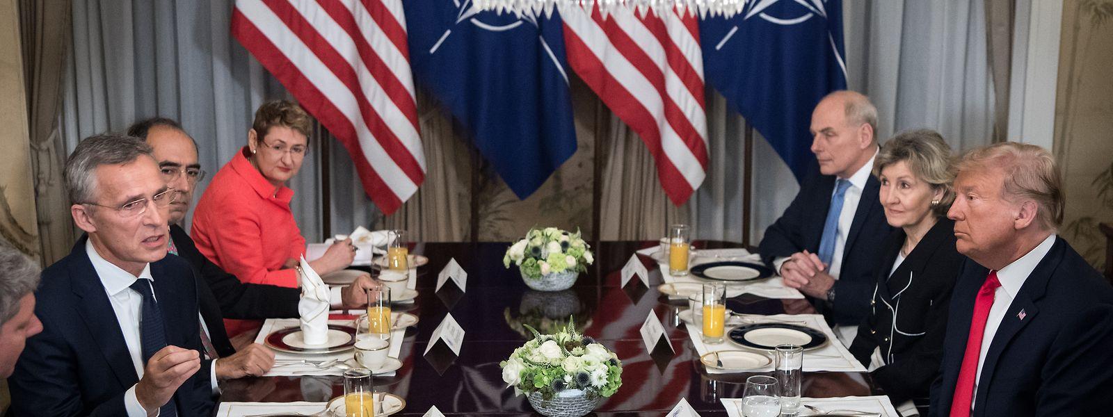 Donald Trump und Jens Stoltenberg beim Frühstück.