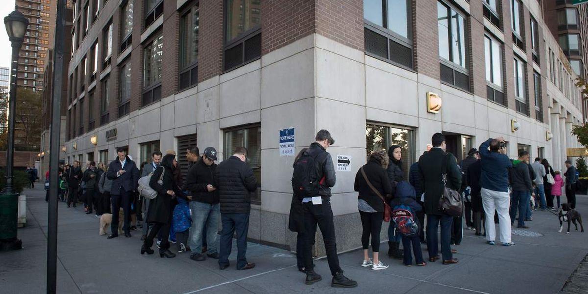 Après une campagne électorale des plus virulentes, des Américains vont voter: ils font ici la queue au bureau de vote.