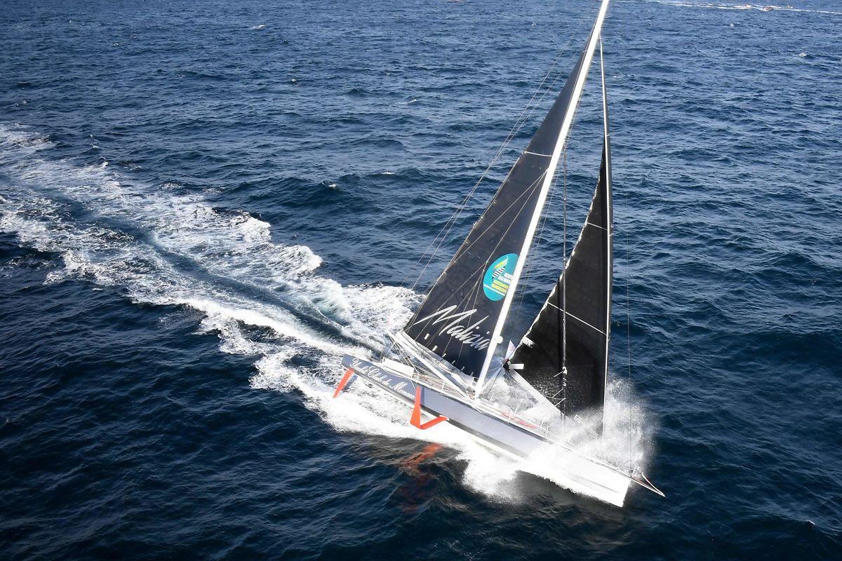 Greta traversera l'Atlantique à bord d'un voilier de course zéro carbone, le Malizia II, construit en 2015, équipé de panneaux solaires et de turbines sous-marines permettant de produire de l'électricité sur le bateau.