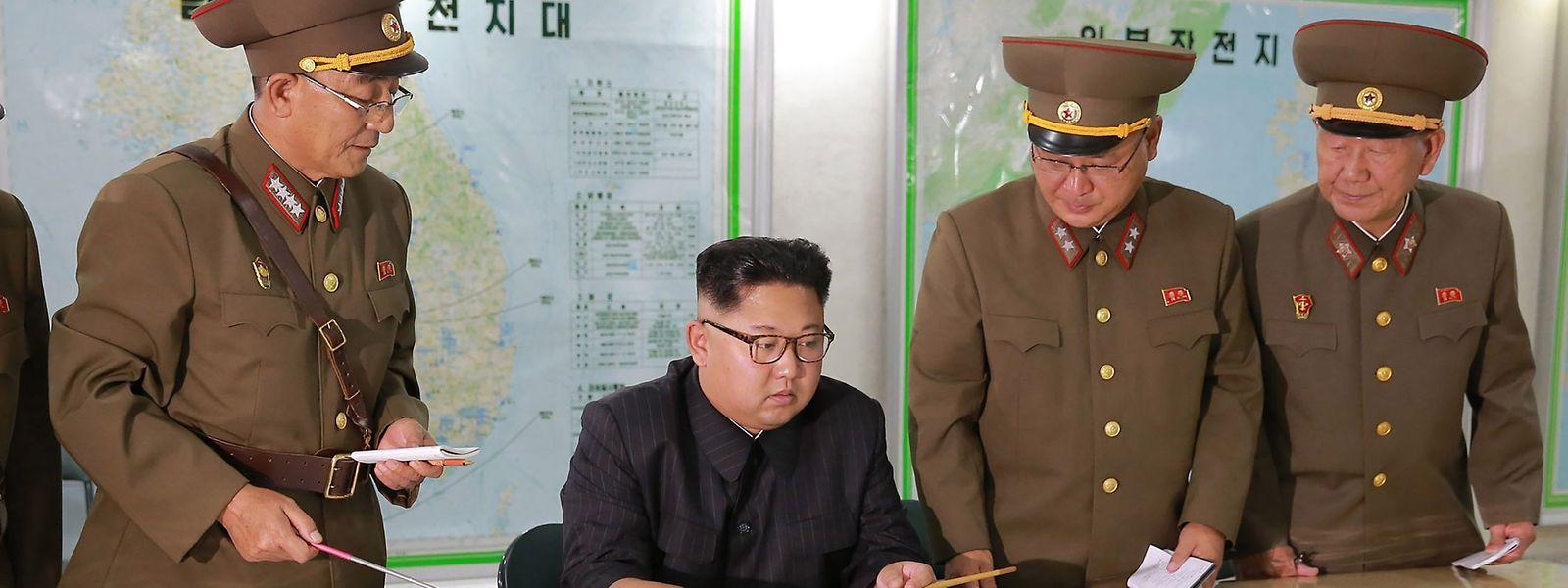 Kim Jong Un ließ sich über die Herstellung von Sprengkopfspitzen für Interkontinentalraketen (ICBM) und Festtreibstoffmotoren unterrichten.