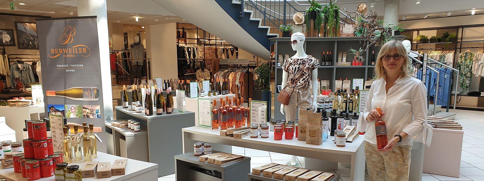 Unternehmerin Karin Kaltenkirchen hat bislang ausschließlich Mode verkauft. Nun hat sie auch Feinkost und Drogerieartikel ins Sortiment genommen.