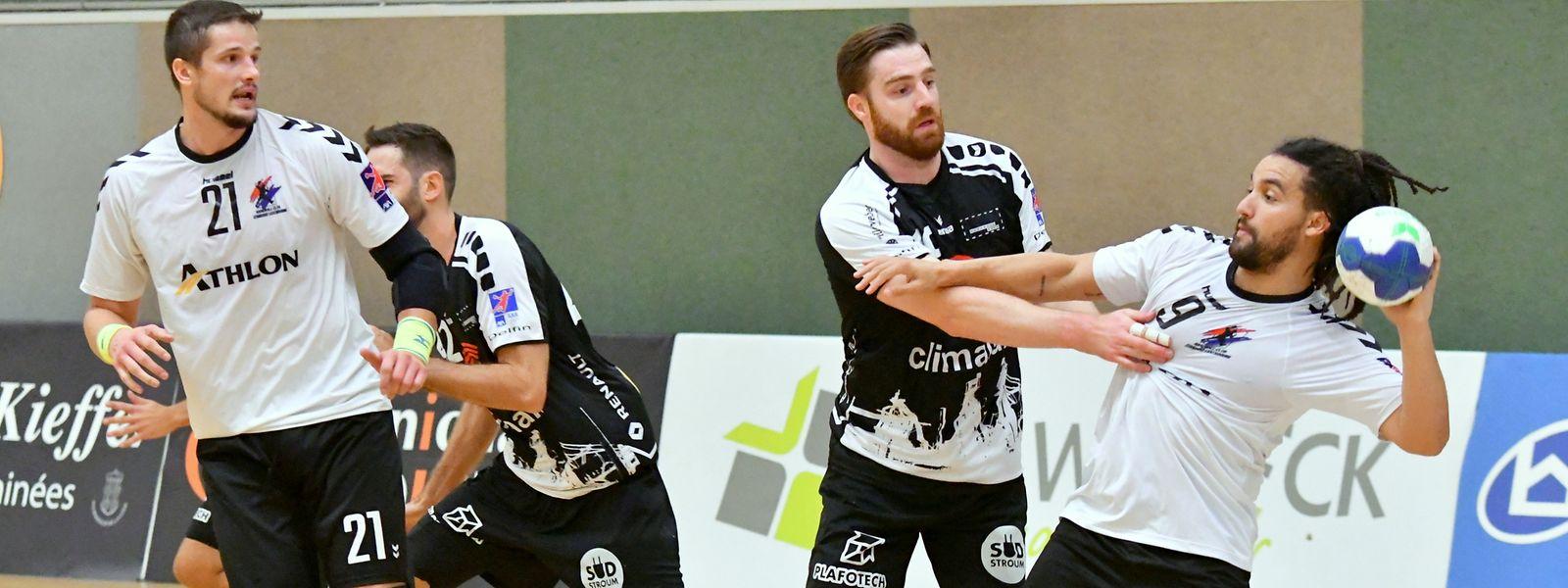 Nicht immer heiß umkämpft: Eschs Julien Kohn stellt sich den Standard-Spielern Alexandru Cioban (l.) und Steve Massard-Chenet (r.) entgegen.