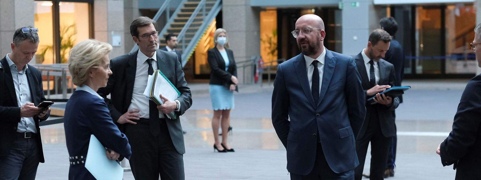 Ursula von Der Leyen und Charles Michel unterhalten sich im Anschluss an den EU-Gipfel.