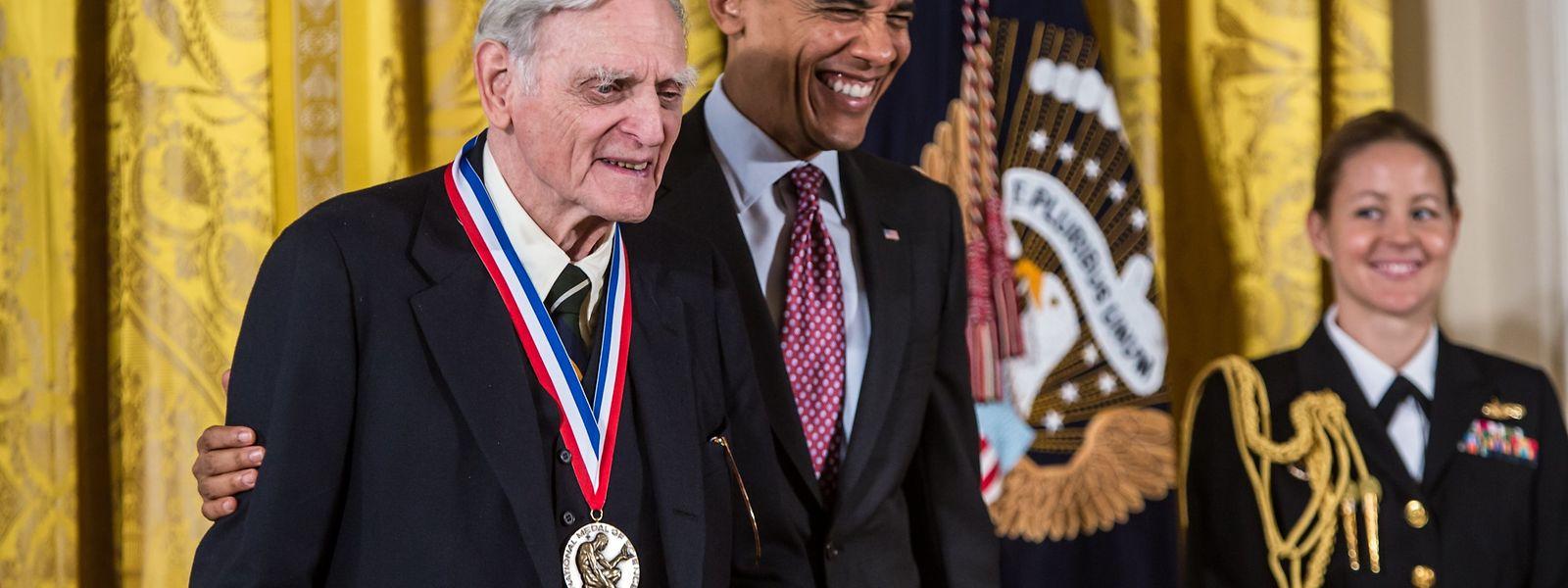John Goodenough (l.) bei der Verleihung eines Preise durch US-Präsident Barack Obama.