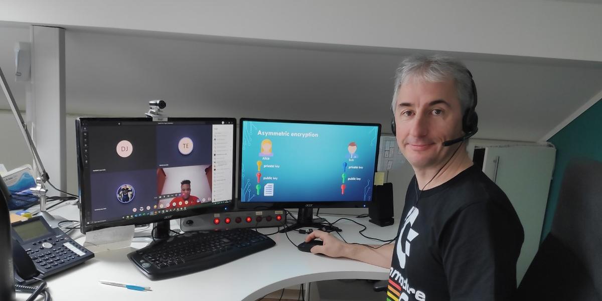 Informatiklehrer Marc Ludwig hat seinen Unterricht bestmöglich über das Internet organisiert. Er kann seine Schüler, sofern diese das wollen, sehen und ihnen Dokumente zeigen sowie Aufgaben zukommen lassen.