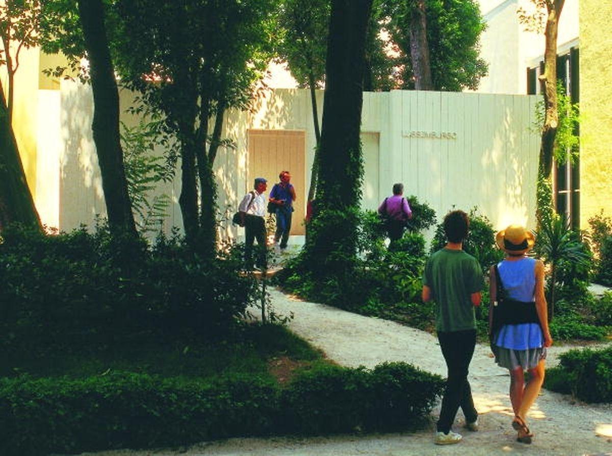 Theis baute für seine Biennale-Teilnahme einen eigenen Pavillon. Sein Name «Potemkin Lock». Für die Rückschau des Mudam im Jahr 2012 wurde der Pavillon im Museum auf dem Kirchberg wieder neu aufgerichtet.