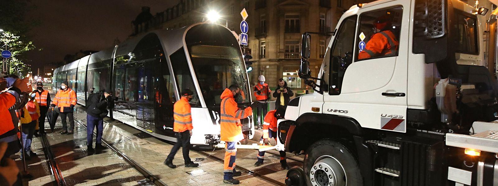 A défaut de pouvoir recharger ses batteries, c'est poussé par un Unimog que le tram terminera sa soirée.