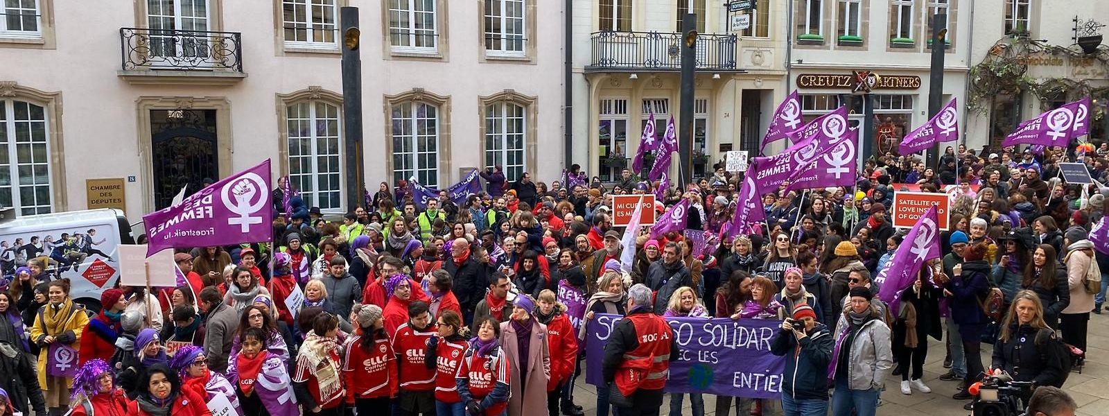 Vor der Abgeordnetenkammer stellten die Demonstrantinnen ihre Forderungen klar.