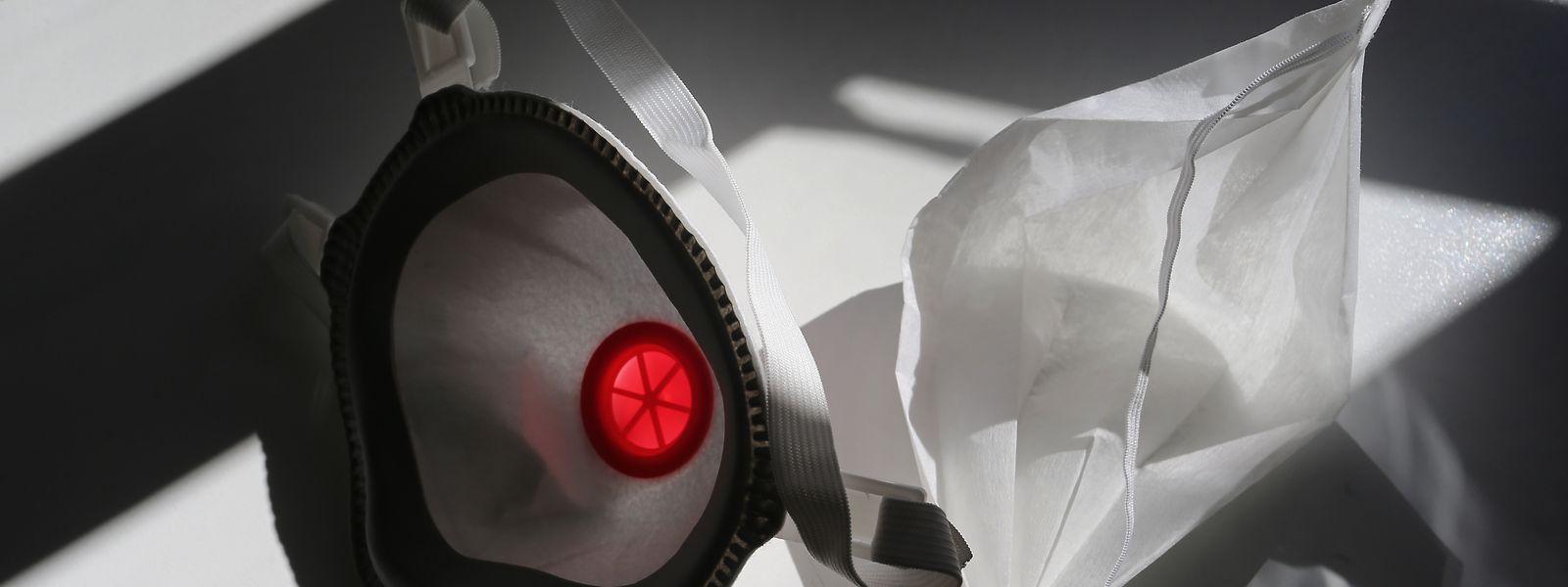 Eine FFP3 Atemschutzmaske (l) und ein medizinischer Mundschutz.