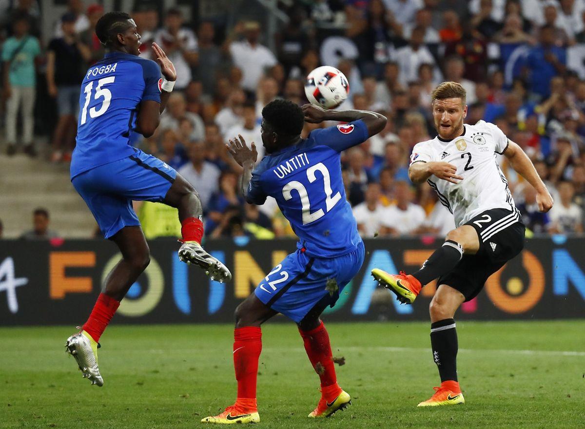 Shkodran Mustafi à l'assaut de la défense française. Les champions du monde ont butté sur le bloc de Didier Deschamps.