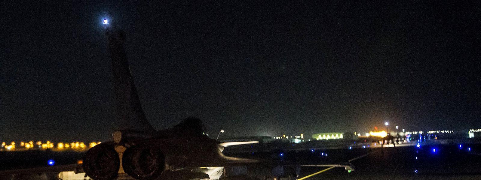 Un avion de chasse français dans un lieu tenu secret, document publié par l'ECPAD, cellule de communication de la Défense