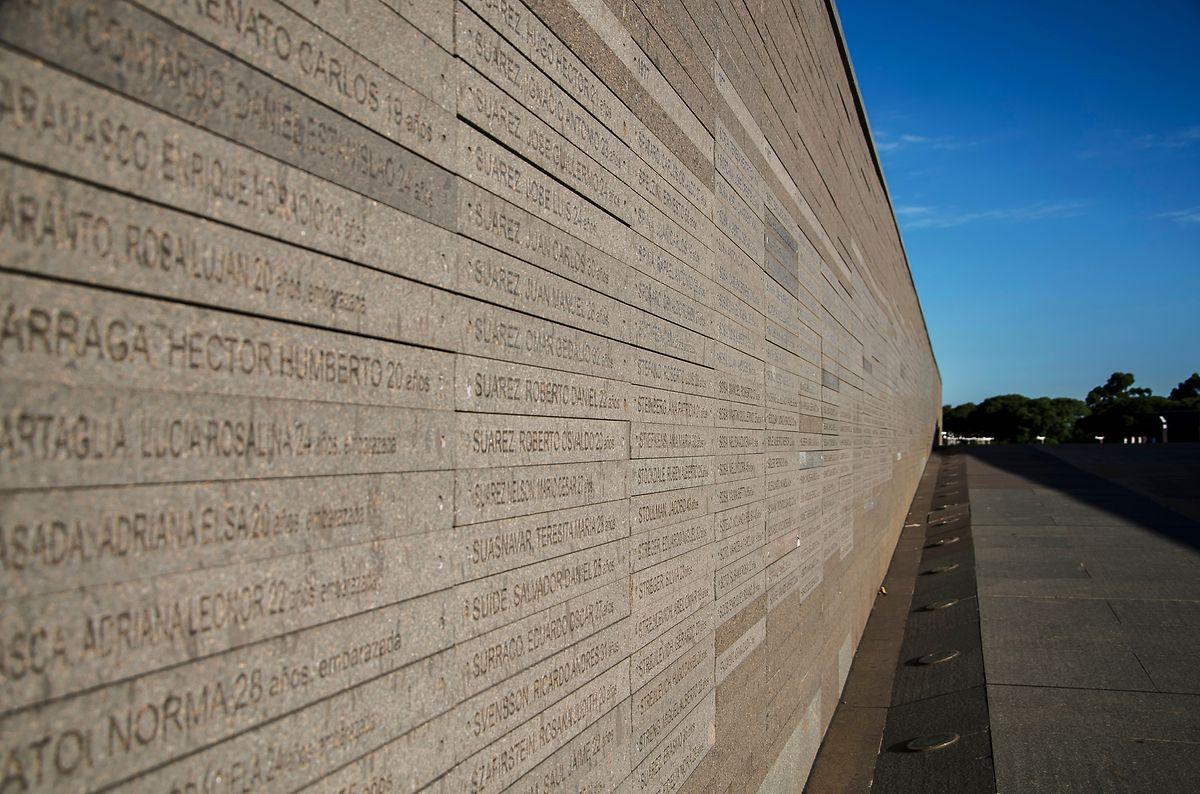 """Im """"Parque de la Memoria"""" in Buenos Aires steht als Denkmal eine Wand aus Tausenden von Steinplatten mit den Namen der Opfer, die der Militärdiktatur zwischen 1976 und 1986 zum Opfer gefallen sind."""