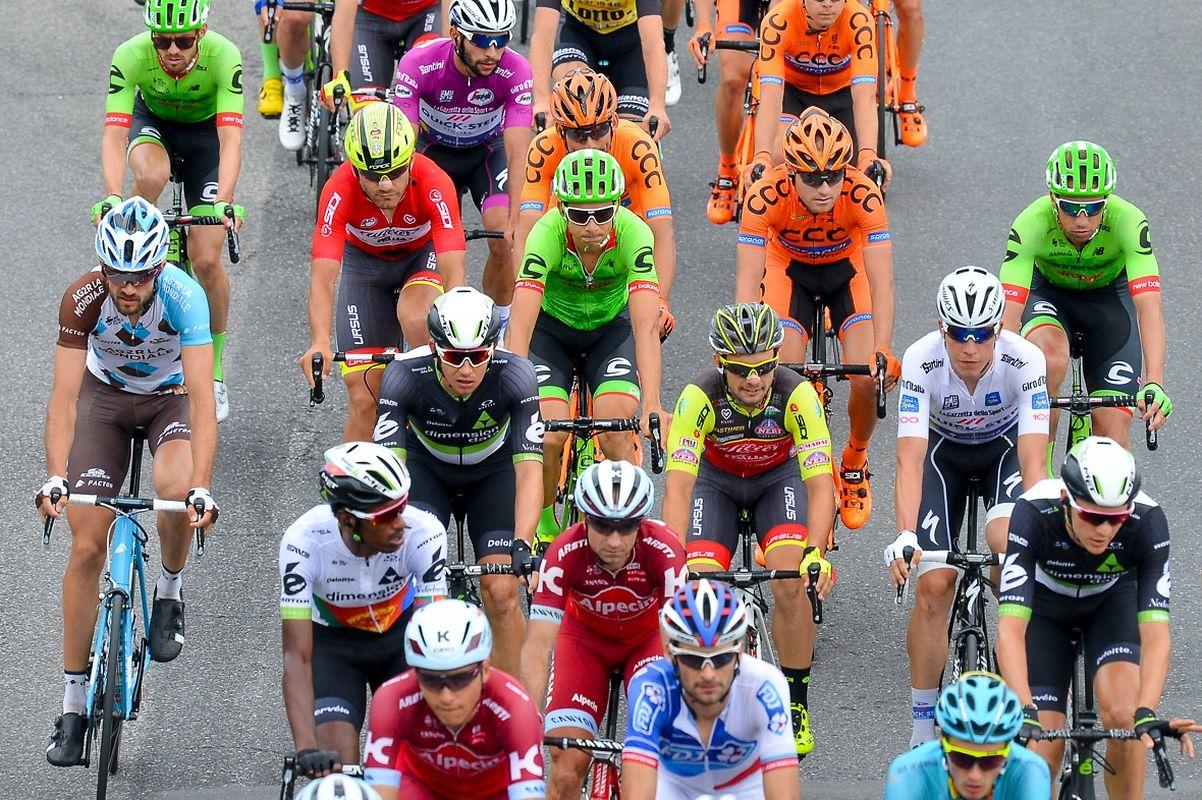 Das Fahrerfeld mit Ben Gastauer (links) und Bob Jungels (rechts im Weißen Trikot).