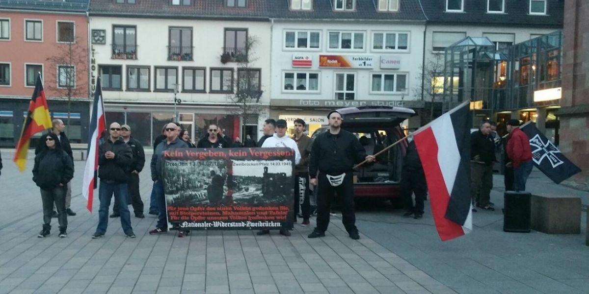 """Mitglieder der """"Kameradschaft Nationaler Widerstand Zweibrücken"""" bei einer Kundgebung."""