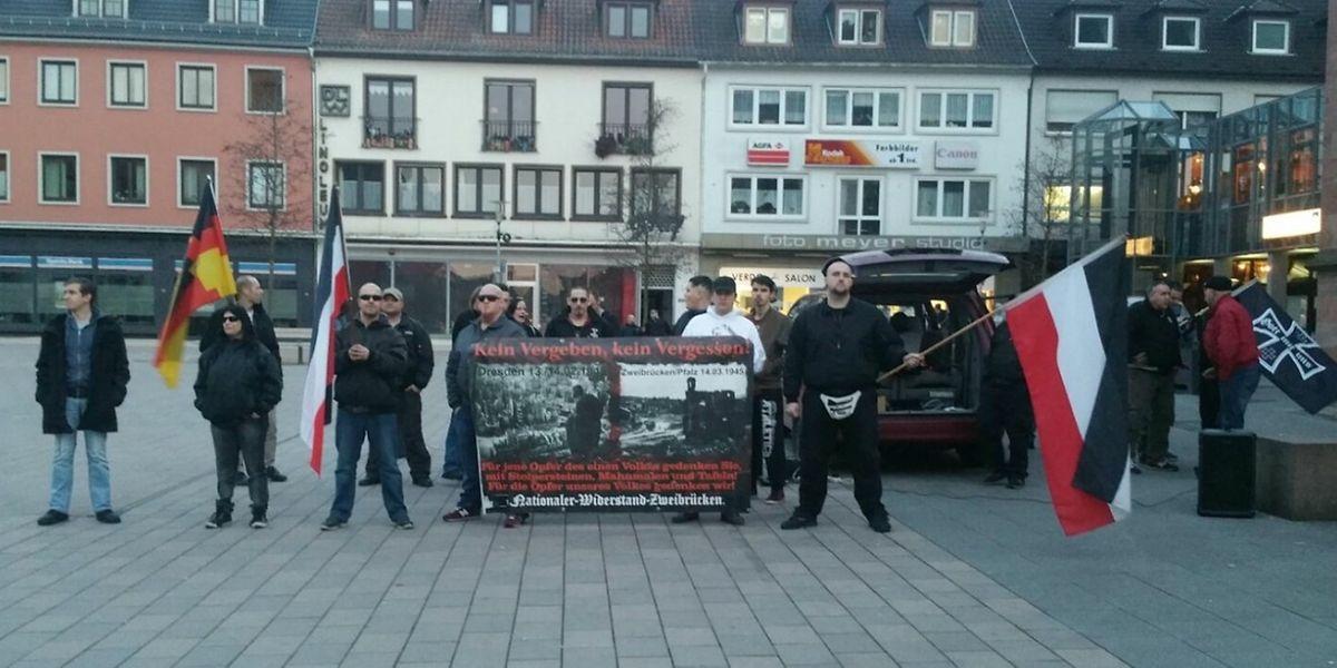 """Des membres du """"Kameradschaft Nationaler Widerstand Zweibrücken"""" lors d'un rassemblement."""