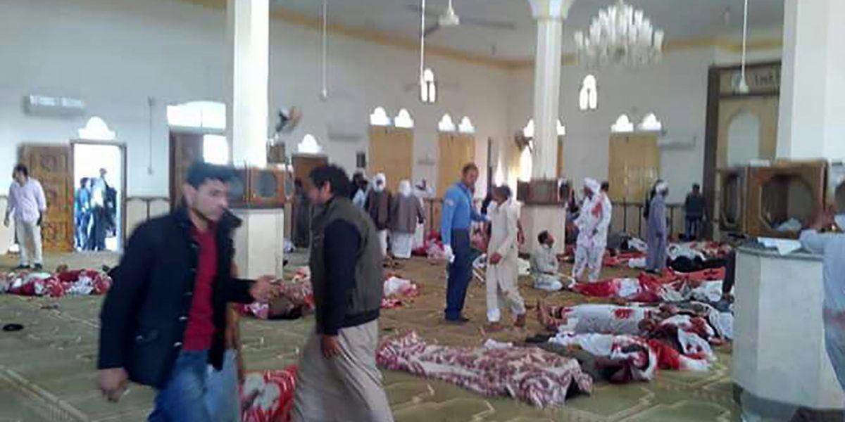 Auf Bildern, die direkt nach dem Anschlag in den sozialen Netzwerken geteilt wurden, sind zahlreiche Körper zu sehen, die im Innern einer Moschee auf dem Boden liegen und teilweise mit Decken oder Kleidungsstücken abgedeckt sind.