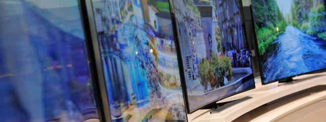 Mit dem Kauf von gebogenen und hochauflösenden UHD-Fernsehern können Verbraucher noch warten, urteilt die Stiftung Warentest.