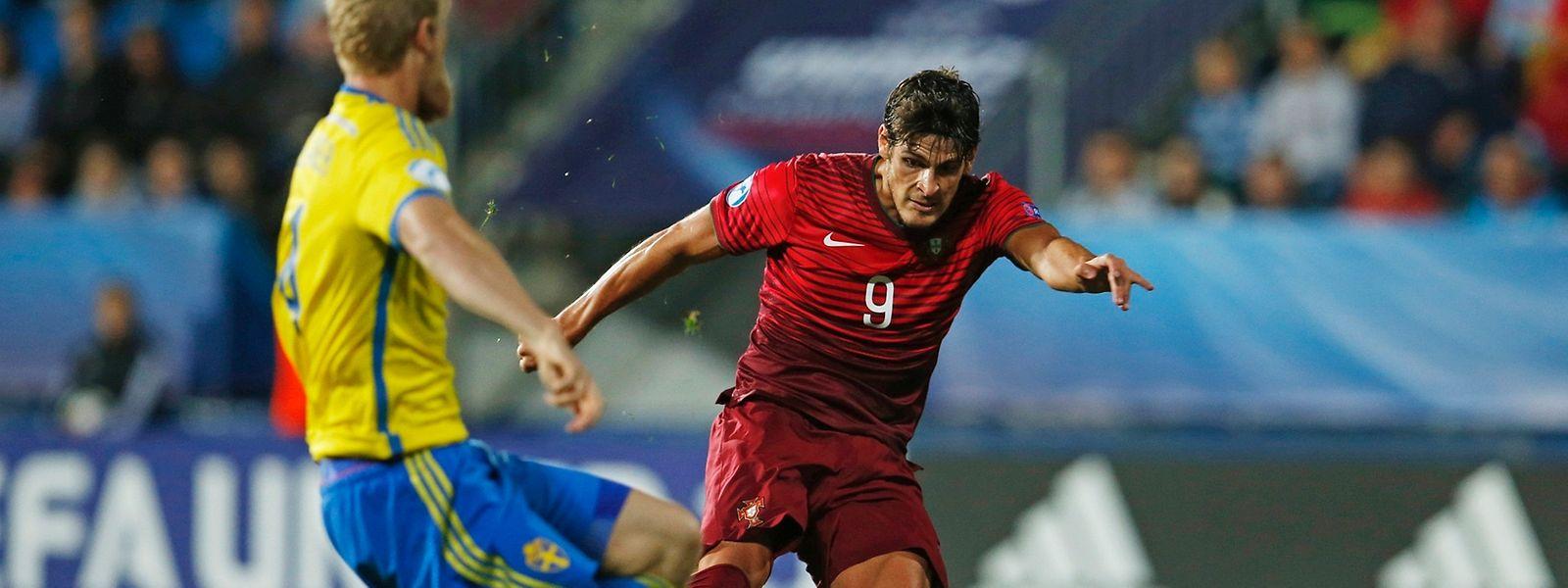 Gonçalo Paciência (de vermelho) marcou o golo que apurou Portugal