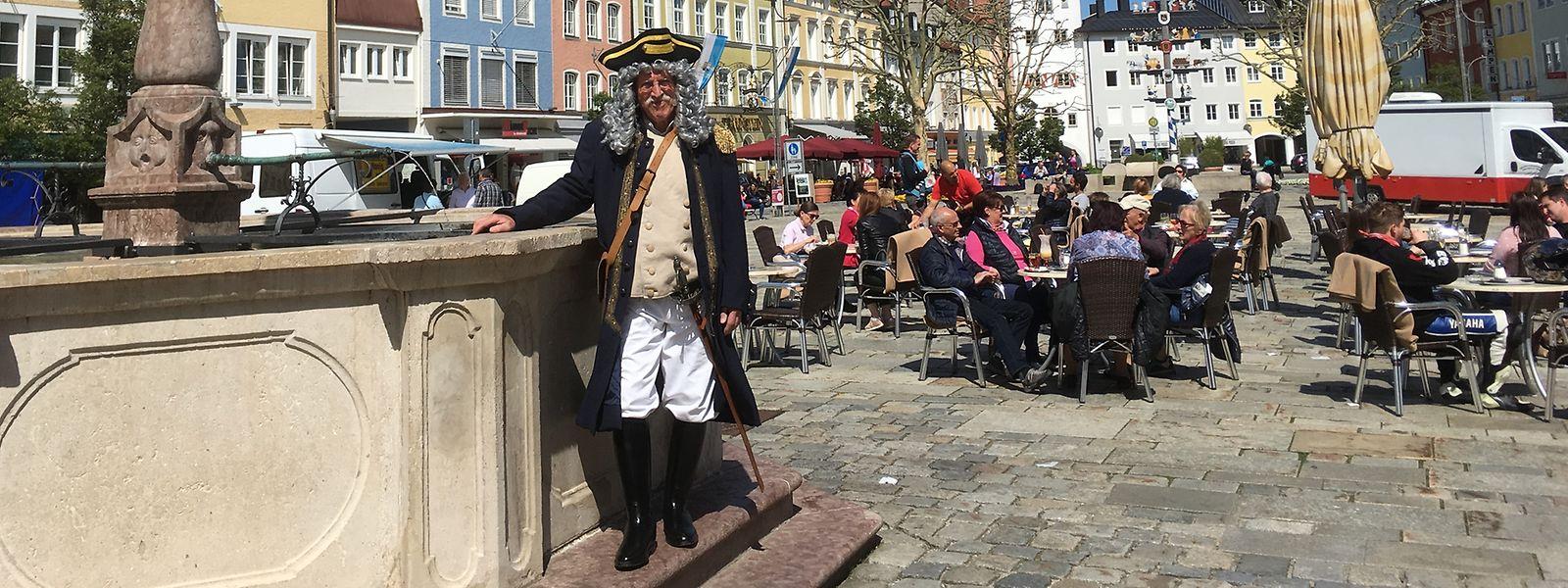 Zum Jubiläum der Soleleitung wieder zum Leben erweckt wurde der Salzmaier, der hier in Persona von Sepp Knott am Brunnen des Stadtplatzes von Traunstein steht.