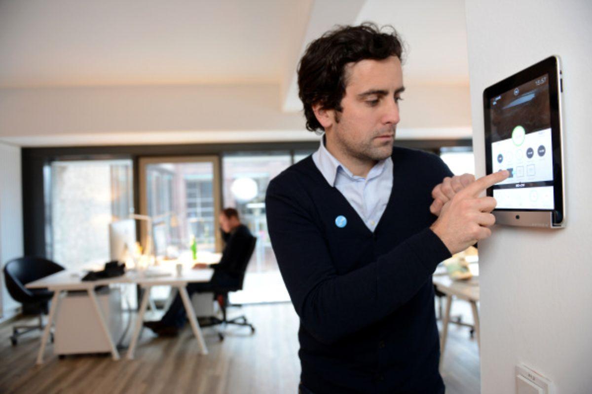 Das Tablet als Schaltzentrale:Gesteuert wird das vernetzte Zuhause über mobile Geräte und die passenden Apps.