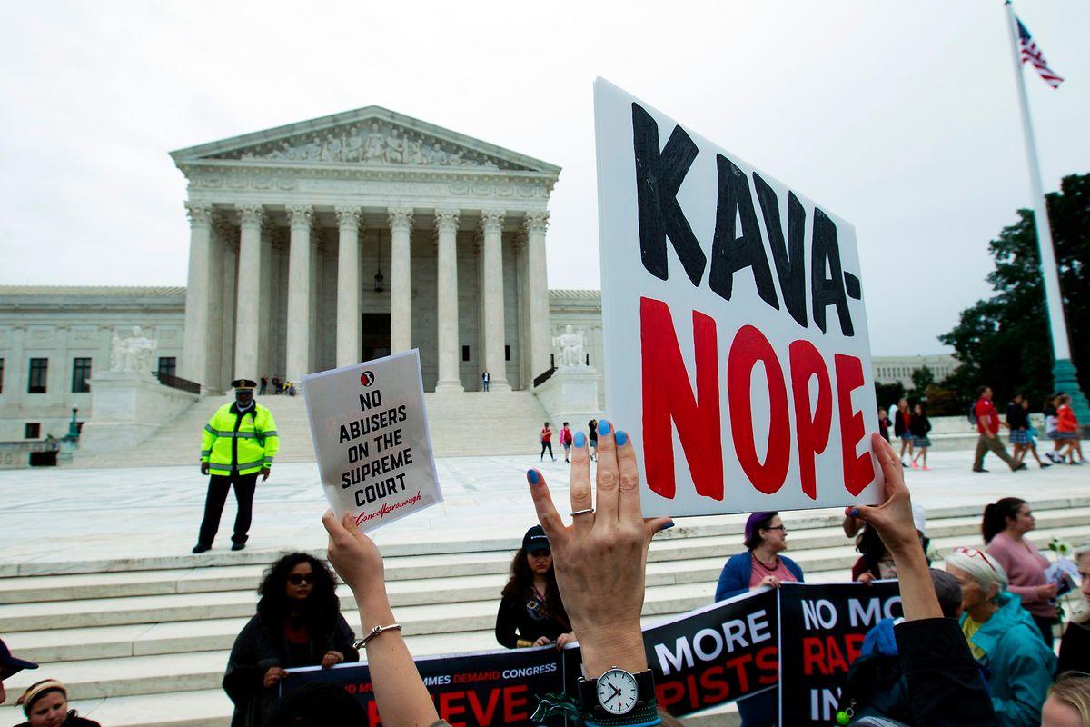 Vor dem Senatsgebäude hatten sich Protestler versammelt.