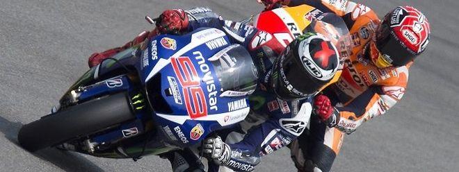 Jorge Lorenzo, ici devant Marc Marquez, a désormais pris la tête du classement du Championnat du monde grâce à son nombre de victoires (5) devant Valentino Rossi (3).
