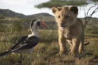 """Früh übt sich, wer später einmal König werden will – dies nimmt sich auch Löwenjunge Simba (JD McCrary) zu Herzen; sehr zum Leidwesen seines protokollarischen """"Lionsitters"""", des Rotschnabeltokos Zazu (der britische TV-Starhost John Oliver)."""