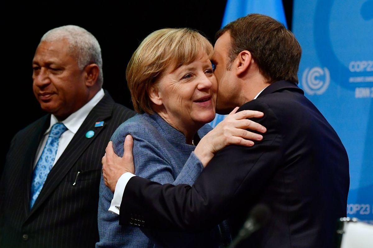 Frank Bainimarama, Premier der Fiji-Inseln, wartet auf Frankreichs Emmanuel Macron. Dieser begrüßt noch die deutsche Kanzlerin Angela Merkel.