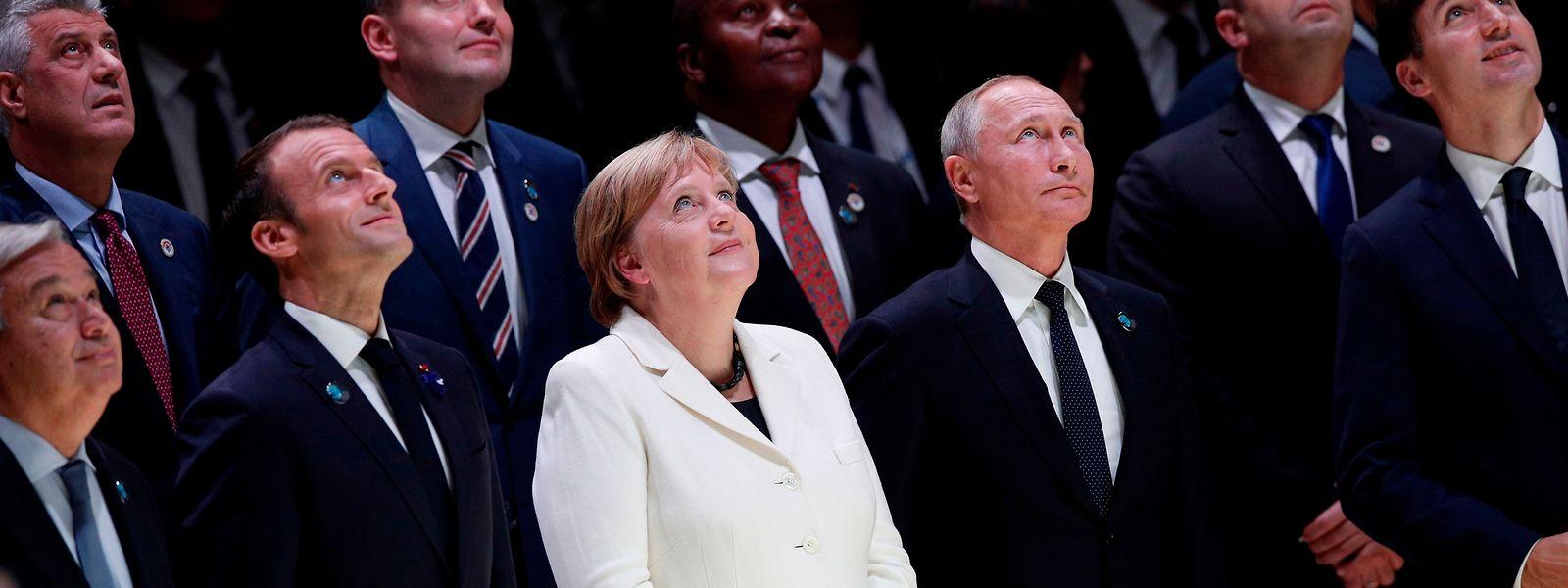 Un regard vers le futur: chefs d'Etat ou de gouvernement lors de l'inauguration du Forum de Paris sur la Paix.