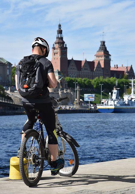 Radfahrer an der Uferpromenade.
