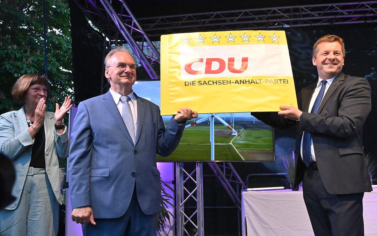 Reiner Haseloff (M), CDU-Ministerpräsident von Sachsen-Anhalt und der CDU Landesvorsitzende Sven Schulze.
